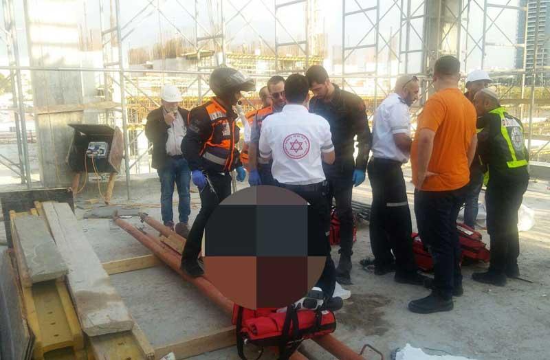תאונה באתר בניה ברחוב שחם בפתח תקוה. צילום דוברות הצלה