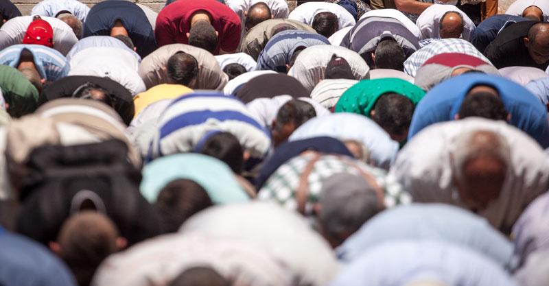 מתפללים במסגד צילום ארכיון אמיל סלמן