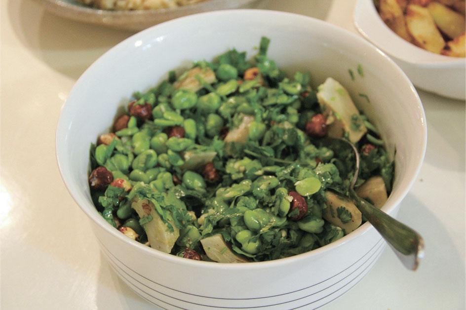 סלט ירוקים אביבי עם ירקות תרמיל ואגוזי לוז צילום עמית ברקוביץ'