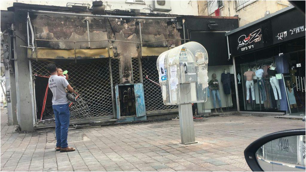 השריפה בחנות הבגדים בחובבי ציון. צילום כבאות פתח תקוה