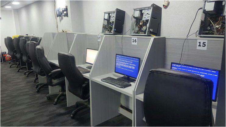 המחשבים ששימשו להימורים צילום דוברות המשטרה