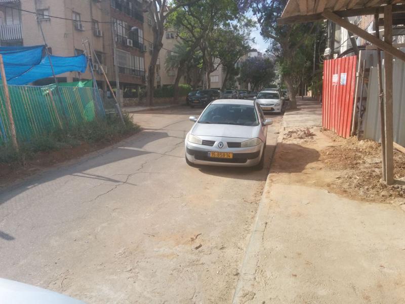 חסימת מדרכות ברחוב מאיה צילום באדיבות התושבים