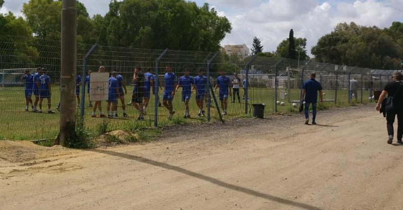 גלנט ליד השחקנים באימון. צילום: לירון סובול