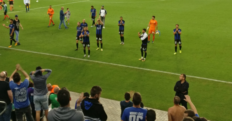 השחקנים מודים לקהל בסיום הניצחון על הרצליה