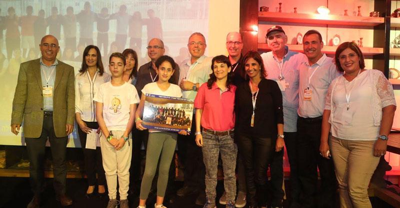 נציגי העירייה והתלמידים של פתח תקוה בטקס תוכנית נתיב האור צילום יוסי וייס