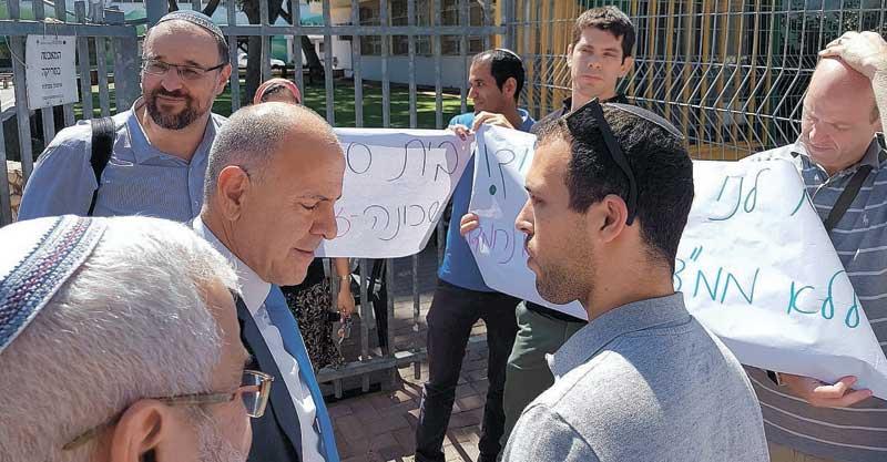 """מנכ""""ל משרד החינוך שמואל אבואב עם הורים דתיים בפסגות אפק המפגינים בנושא הממ""""ד החדש בעיר"""