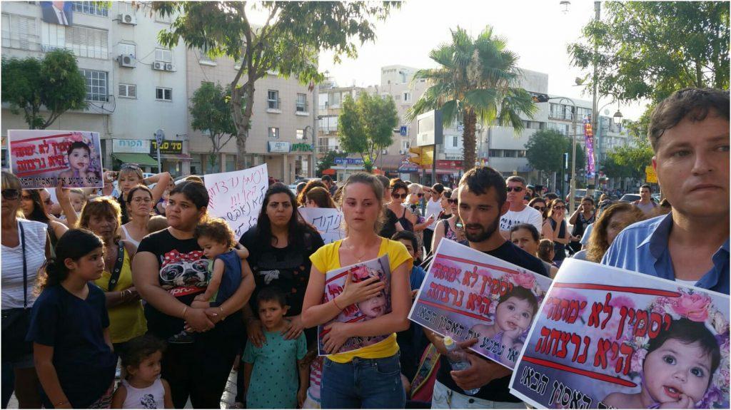 """הוריה של יסמין וינטה ז""""ל בהפגנה בפתח תקוה"""