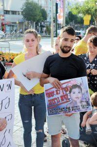 """ולדימיר וקורינה וינטה בהפגנת הורים מול עיריית פ""""ת לאחר רצח יסמין ז""""ל וינטה. צילום זאב שטרן"""