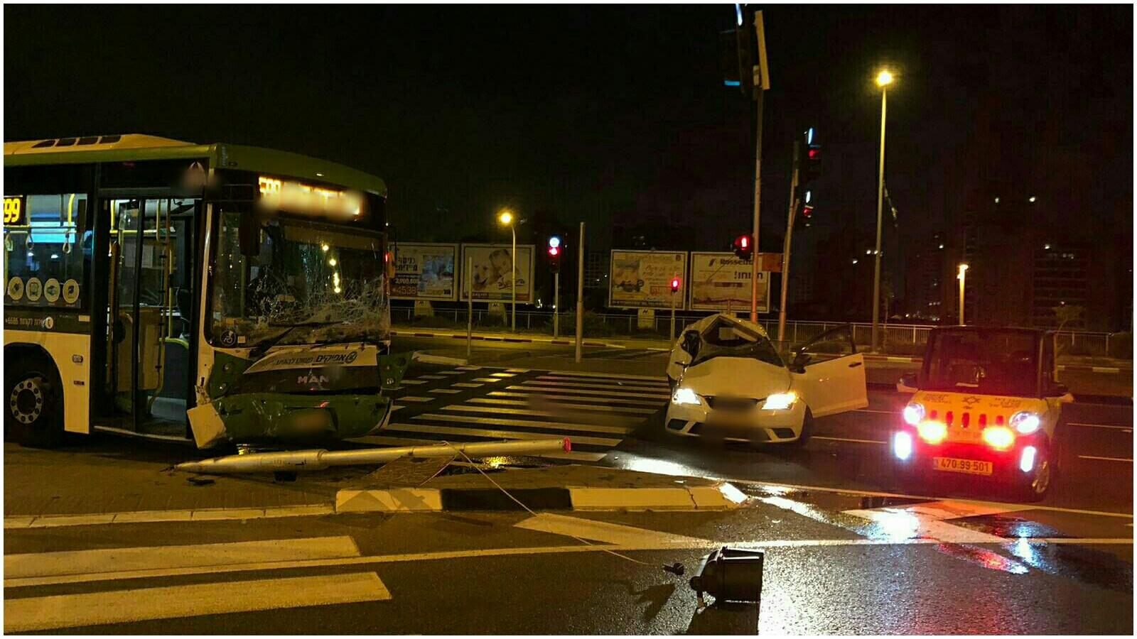 """זירת התאונה הלילה בפתח תקוה. צילום מד""""א"""