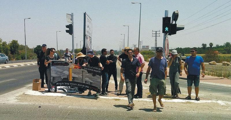 הפגנת המתנגדים להקמת תחנת הכוח מול קיבוץ גבעת השלושה.צילום אליעזר קצנשטיין