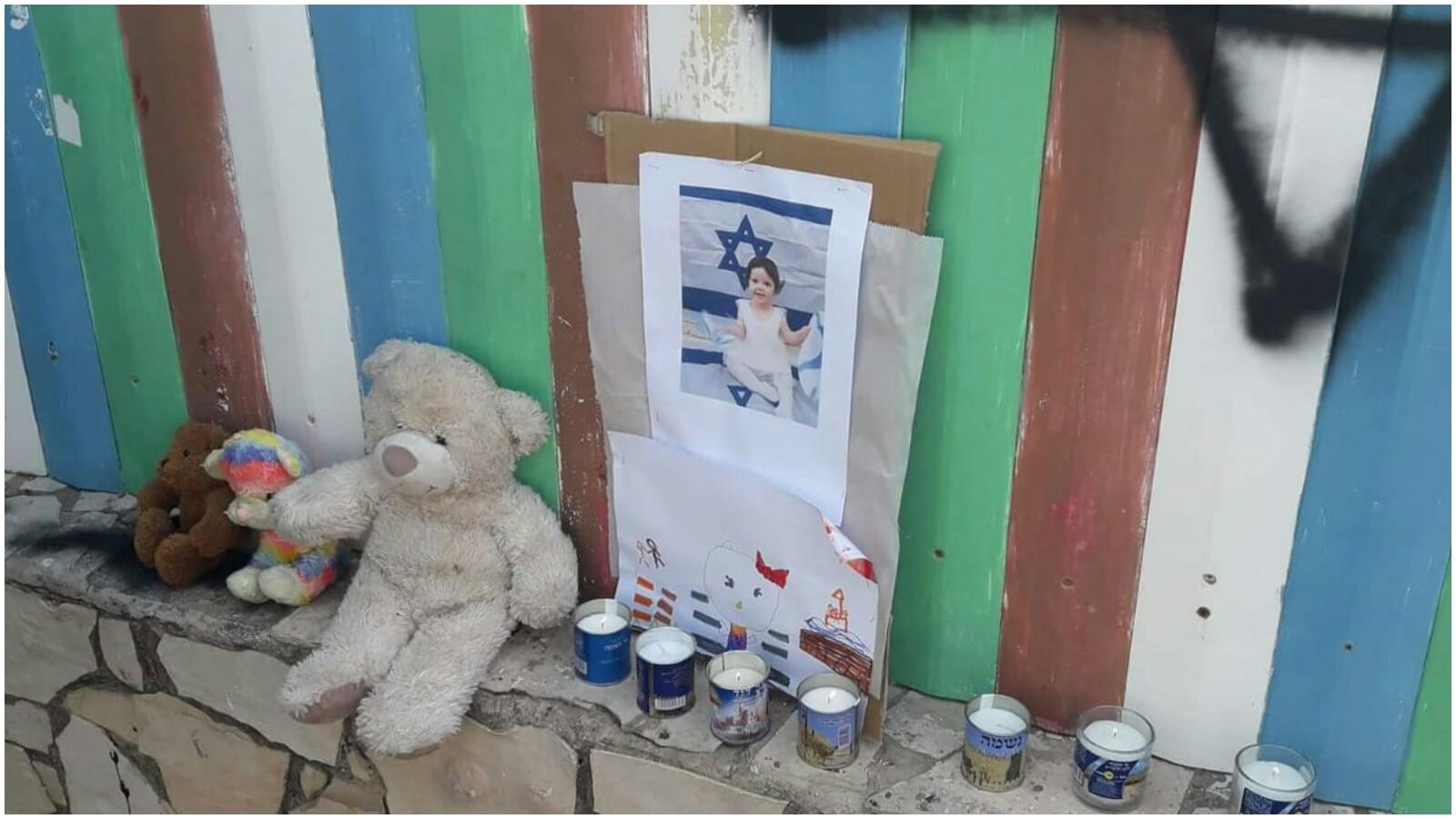 """מדליקים נרות בכניסה לגן מאשה והדוב לזכרה של יסמין וינטה ז""""ל. צילום באדיבות ההורים"""
