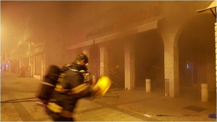 צוותי הכיבוי במקום השריפה צילום דוברות כבאות מרכז