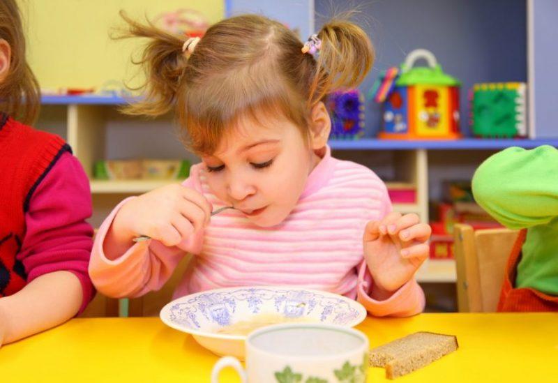 אוכלים בצהרון. צילום אילוסטרציה א.ס.א.פ קריאייטיב/INGIMAGE