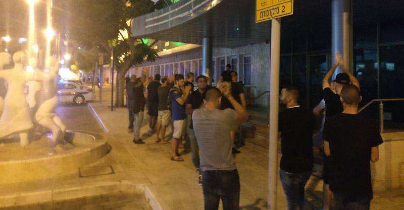 הפגנת אוהדי הפועל הערב בעירייה צילום לירון סובול