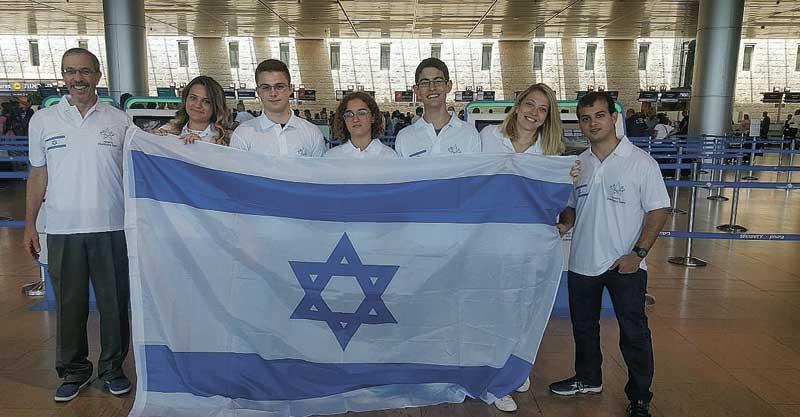 נבחרת ישראל בכימיה. נועה קרסק במרכז. צילום מרכז מדעני העתיד