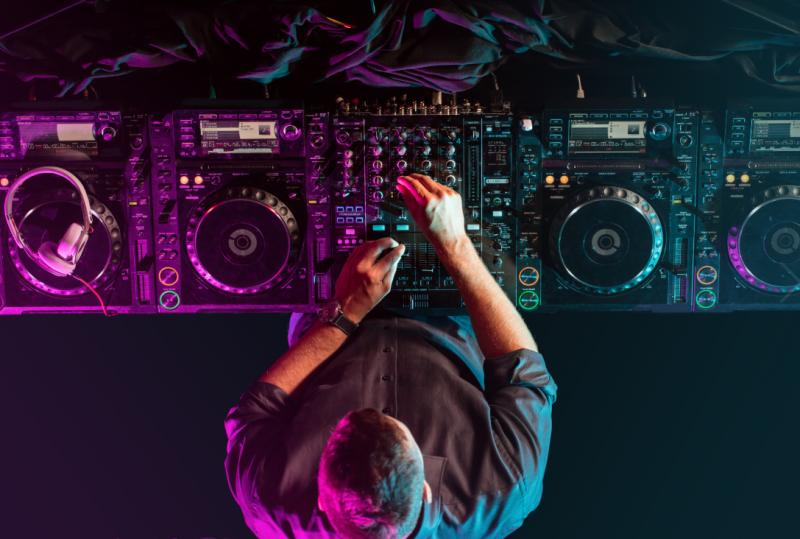 DJ (מאגר Shutterstock)