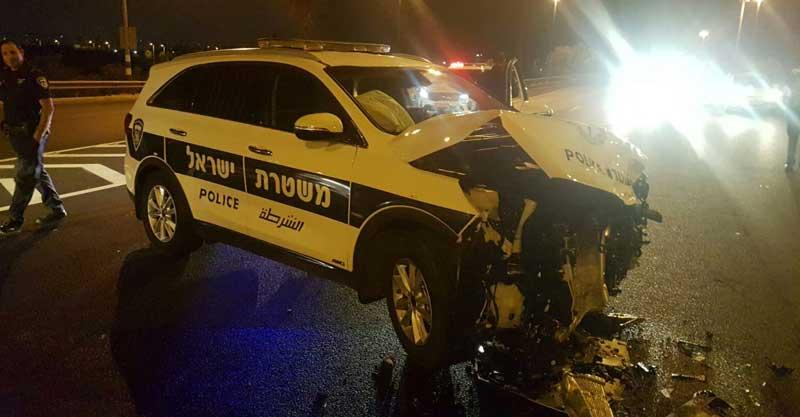 המכונית המשטרתית בה התנגש גנב הרכב צילום דוברות המשטרה