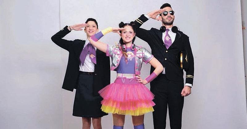 """שרי (במרכז) במופע """"טיסה של מסיבה""""צילום תום חוליגנוב"""