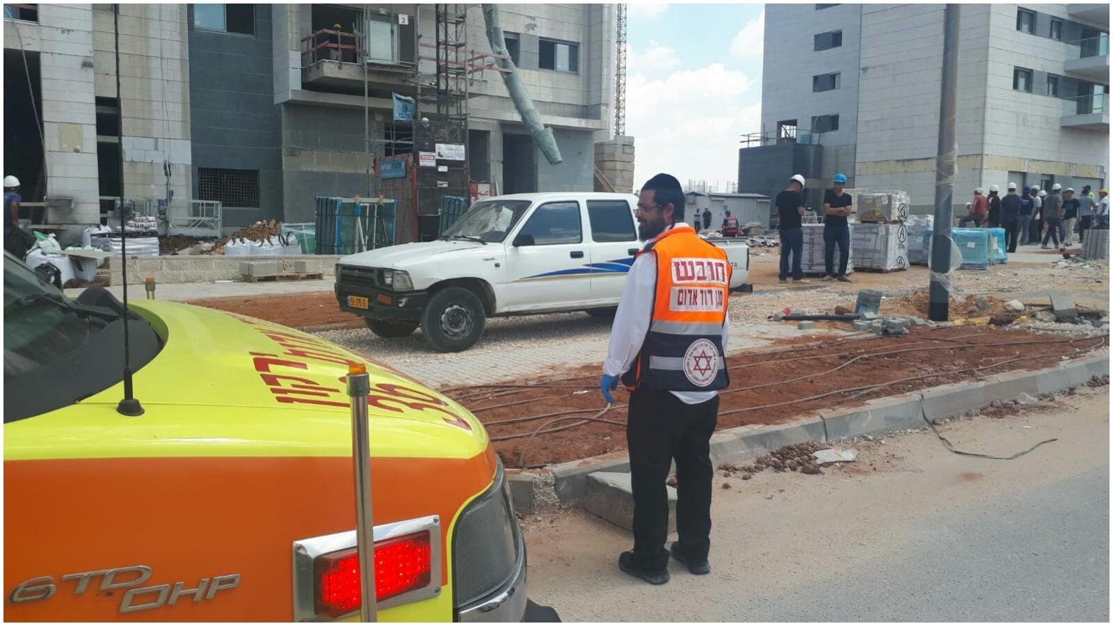 """אתר הבנייה ברחוב המעיין בראש העין בו נהרגו שני פועלים. צילום דוברות מד""""א"""