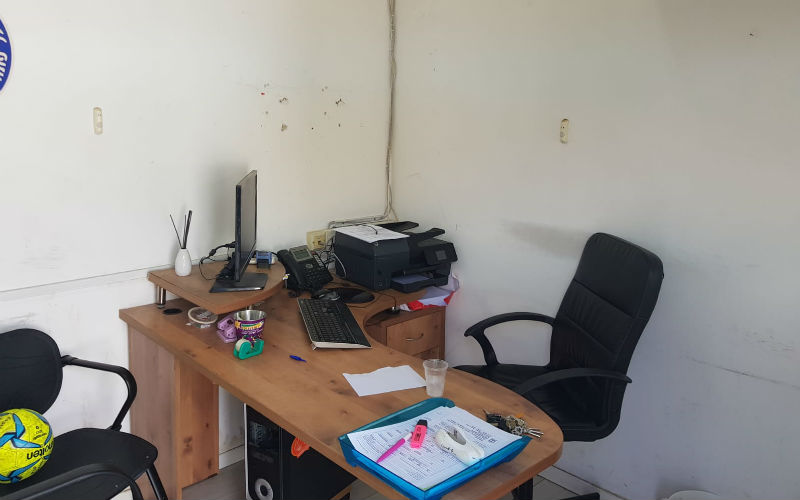 חדר המזכירות במתחם, אליו מגיעים הורי הילדים במחלקת הנוער לצורך הרשמה