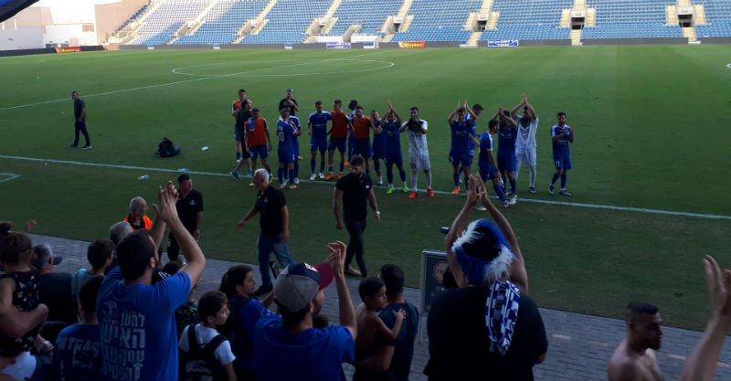 השחקנים חוגגים עם הקהל בסיום המשחק