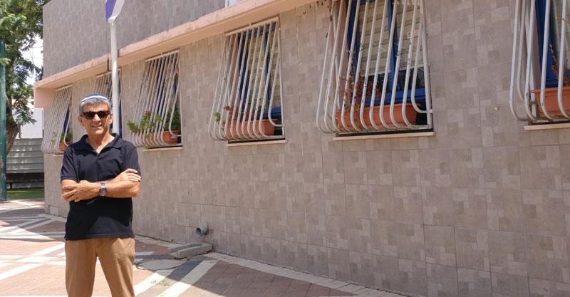 שלמה צדוק בחצר בית הספר מורשה צילום פרטי
