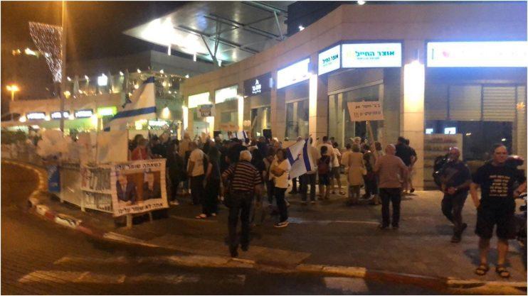 הפגנה בכפר גנים נגד היועץ המשפטי. צילום: דוברות חדשות הנוער