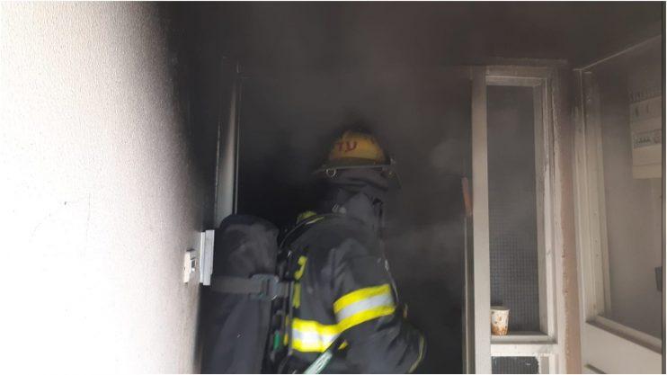 שריפה בבית בראש העין. צילום באדיבות הכבאות