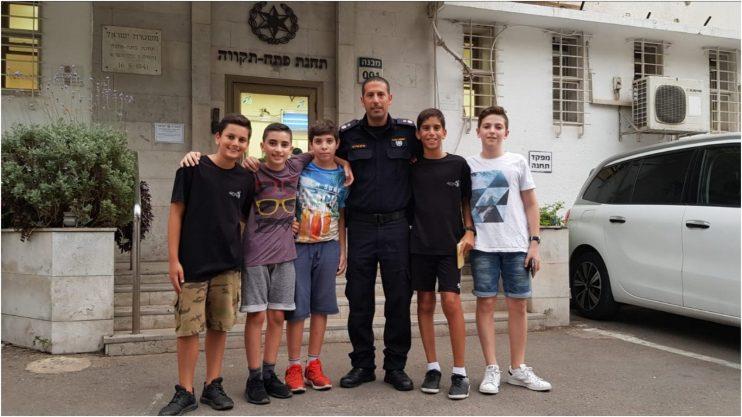 הנערים שמצאו את המכשיר עם מפקד תחנת פתח תקוה ברק מרדכי צילום באדיבות במשטרה