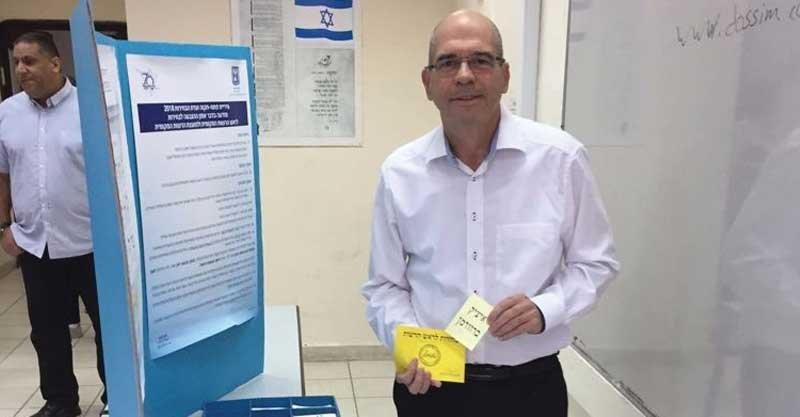 ראש העיר איציק ברוורמן מצביע להצביע