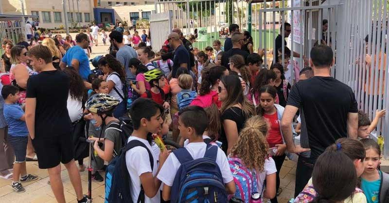 תעמולת בחירות בשישי האחרון בכניסה לבית הספר עוזי חיטמן