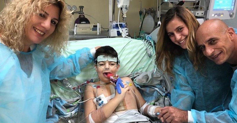 הילד מיכאל כהנא בבית החולים עם הוריו ואחותו