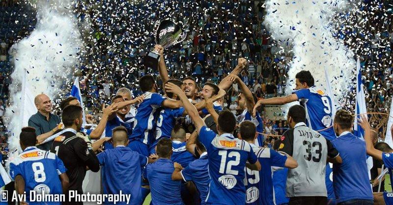 """חגיגות הזכייה בגביע של קבוצת הנוער. צילום: אבי דולמן, החוג הכחול ע""""ש שלומי וורצל"""