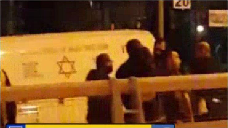 כבאים ושוטרים משתלטים על בחורה שאיימה להתאבד בגשר מול הקניון הגדול. צילום דף הפייסבוק- מה שקורה בישראל
