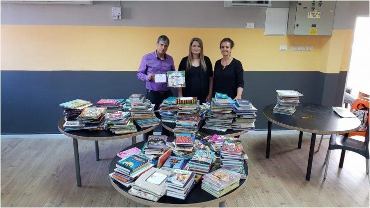מימין: חבצלת בשארי, רגינה פוקס, גדי בשארי והספרים