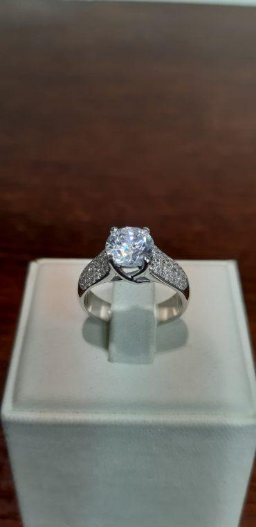 טבעת יהלום. צילום: נחום שנרך