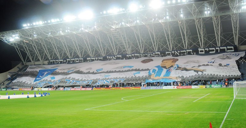 תפאורת אוהדי הפועל במשחק הבכורה של הקבוצה באצטדיון. צילום: זאב שטרן