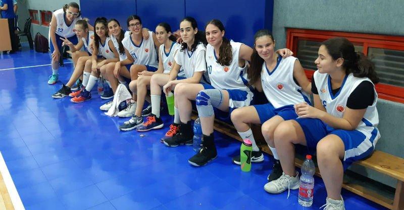קבוצת הנערות של הפועל בכדורסל. צילום: אושרה אמויאל