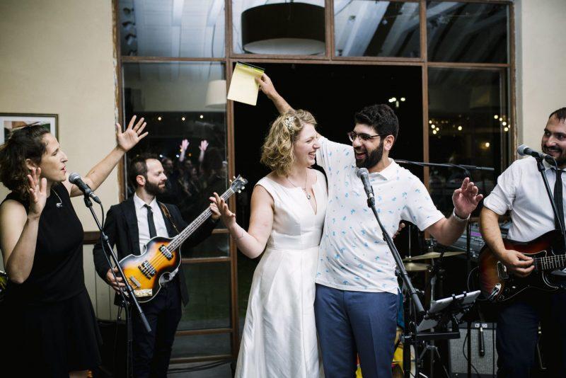 גם החתן והכלה עולים לפעמים לשיר. צילום: שני צדיקריו