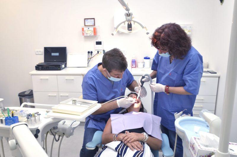 """טיפולי שיניים עד הבית לגיל השלישי בתקופת הקורונה. צילום: ד""""ר רון גולן"""