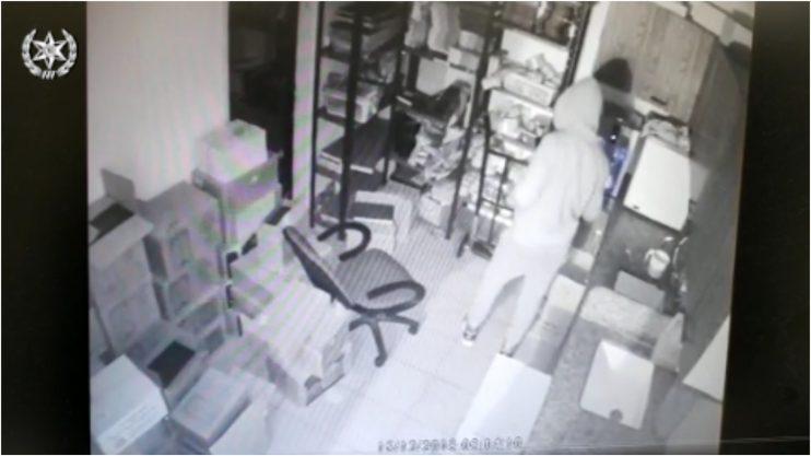 אחד החשודים באחד מבתי העסק שנפרצו (מתוך סרטון של דוברות המשטרה)