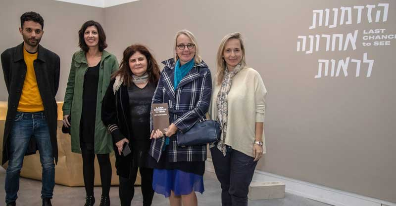 שגרירת צרפת ביקרה במוזיאון פתח תקוה לאמנותמימין לשמאל- ענת זנזורי, השגרירה הלן לה גאל, דרורית גור אריה, ברברה וולפר, בר ירושלמי באדיבות דובר עיריית פתח תקוה