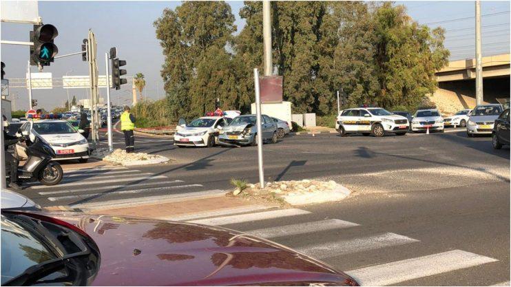 זירת התאונה בין רכב פרטי לניידת משטרה בצומת ירקונים