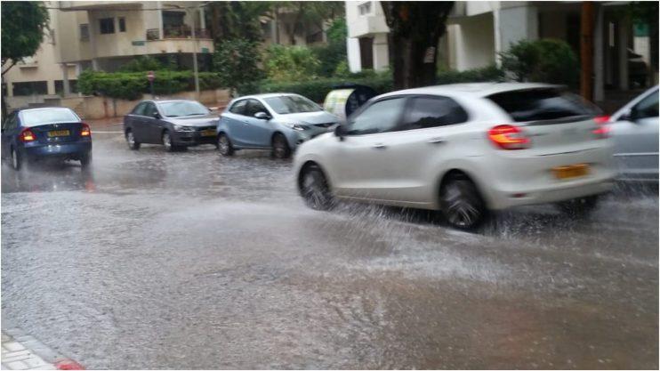 גשם בפתח תקוה, רחוב ה93. צילום זאב שטרן