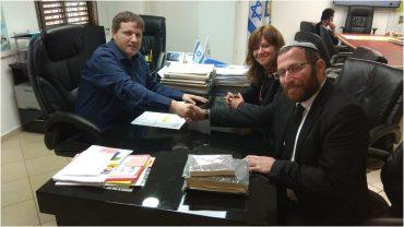 """עו""""ד קלרה שמורק ועו""""ד ישראל שמורק בפגישה עם ראש העיר רמי גרינברג"""