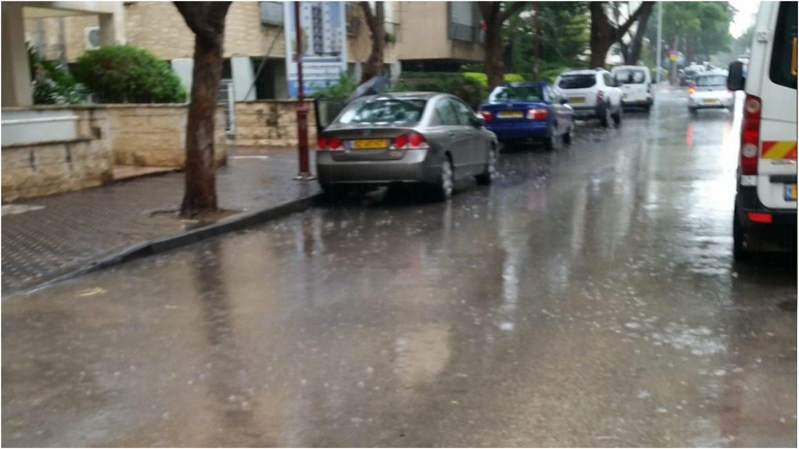 גשם בפתח תקוה, רחוב גד מכנס. צילום זאב שטרן