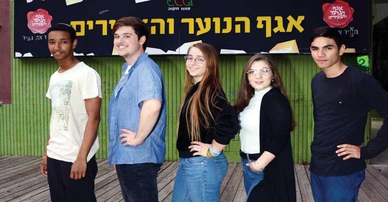 """המתמודדים בבחירות ליו""""ר מועצת הנוער מימין: ניראל שחר, שלי פליס, אליאן ימיני, תומר יצחק, ראובן טגניה. צילום: זאב שטרן"""