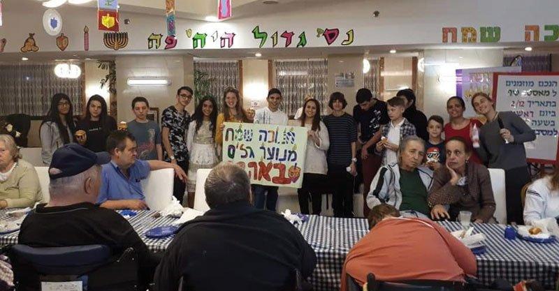 התנדבות בבית אבותצילום באדיבות אגף הנוער