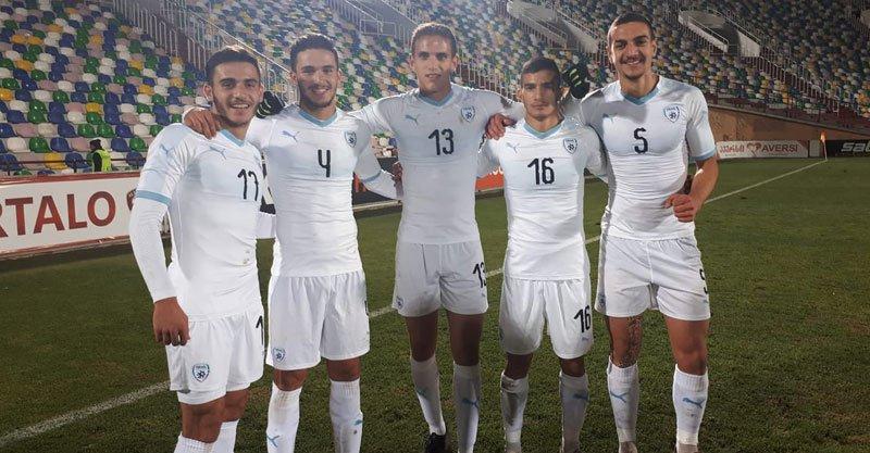 מימין: אור בלוריאן, ליאל עבדה, ארד בר, אורי ארצי ותומר בנבנישתי. צילום באדיבות מכבי פתח תקוה