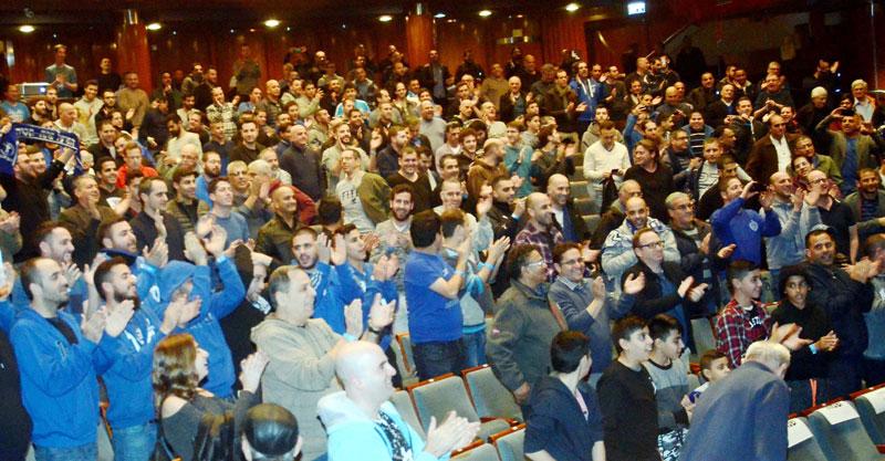 אוהדי הפועל בכנס הראשון של הכחולה. צילום: זאב שטרן